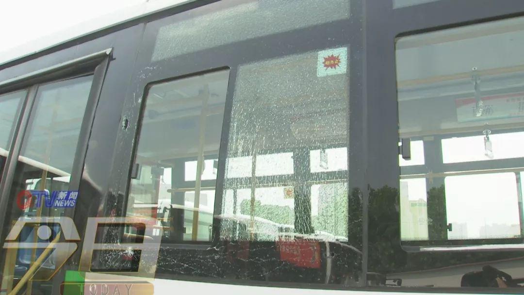 又见高空抛物!白酒瓶从天而降 砸穿公交车玻璃