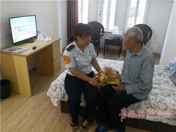 """98岁老翁公交站上连等三天 只为跟她说""""再见"""""""