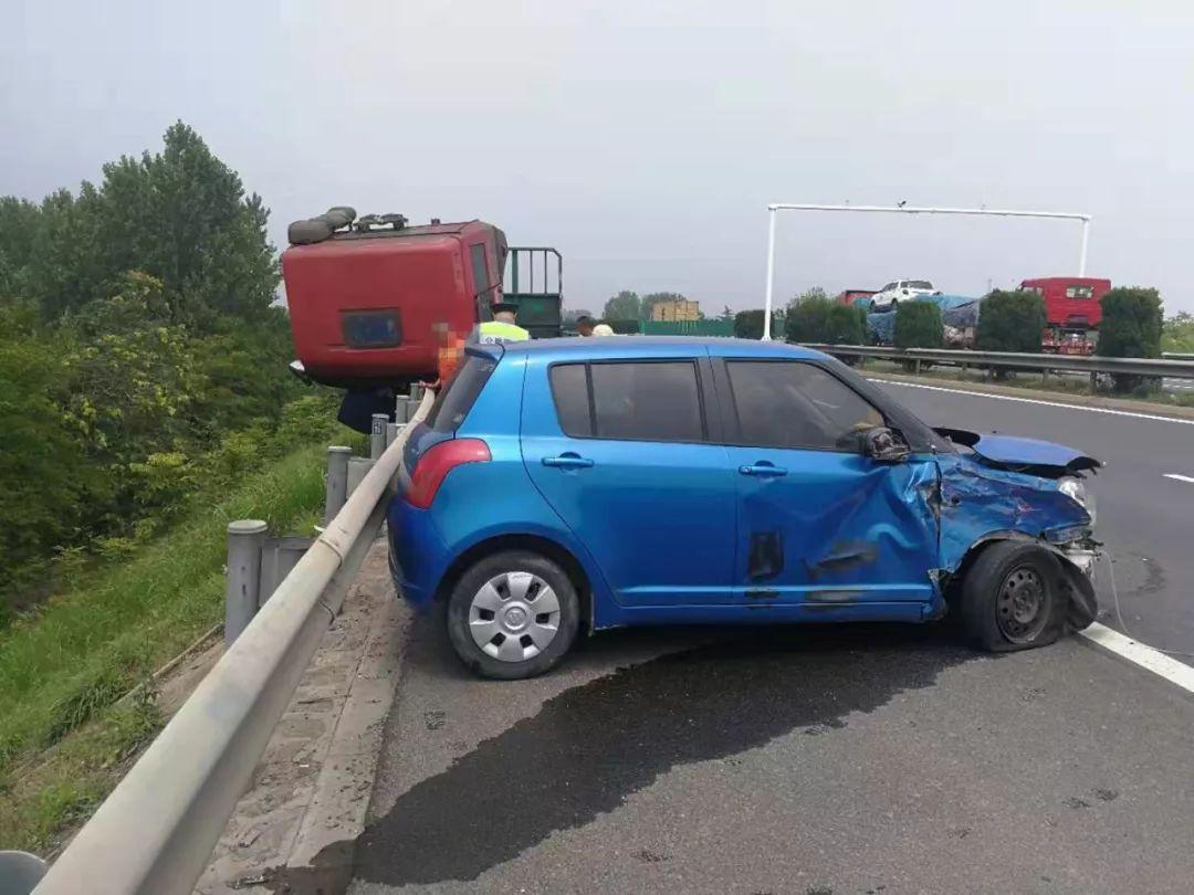 女子开小轿车返回江苏老家 高速路上撞停半挂车