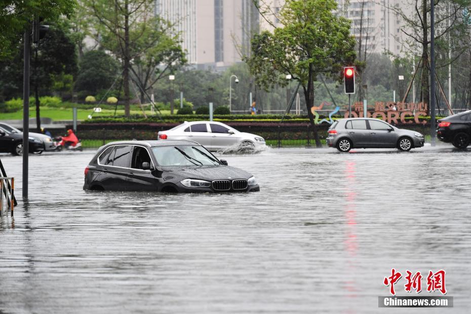 """成都暴雨致城区部分道路积水""""成河"""""""