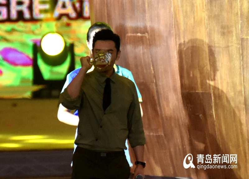 黄晓明啤酒节上秀酒量 眨眼功夫一扎啤酒就干了