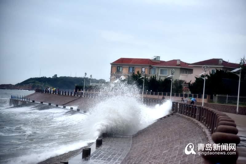 """高清:受台风""""利奇马""""影响 青岛海边掀起大浪"""