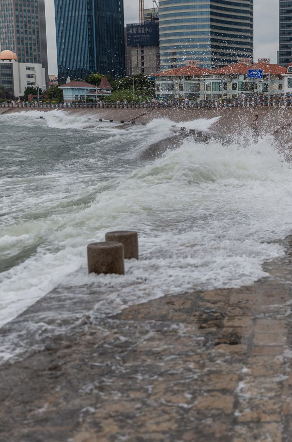 【视频】台风逼近青岛此刻大浪滔天 五四广场的浪都疯了!