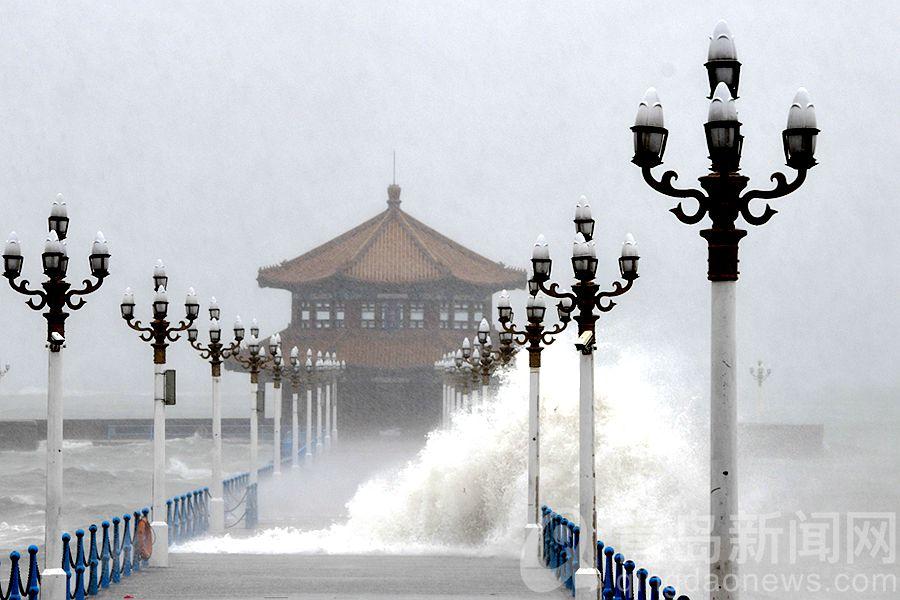 风大浪高雨急 摄影师为你拍下台风中的栈桥