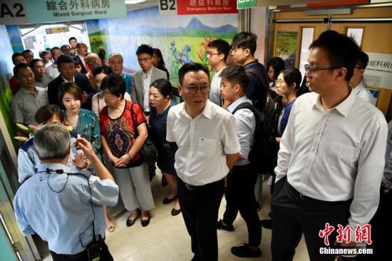 组图:大批香港市民、团体慰问被殴打记者付国豪