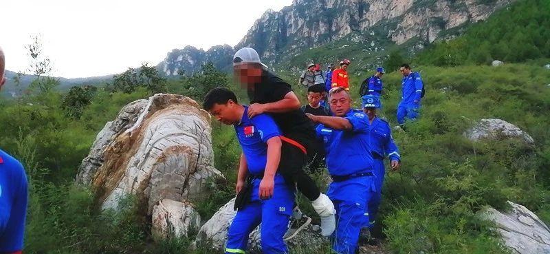 """驴友爬""""夺命路线""""骨折 35名救援队员轮流背下山"""