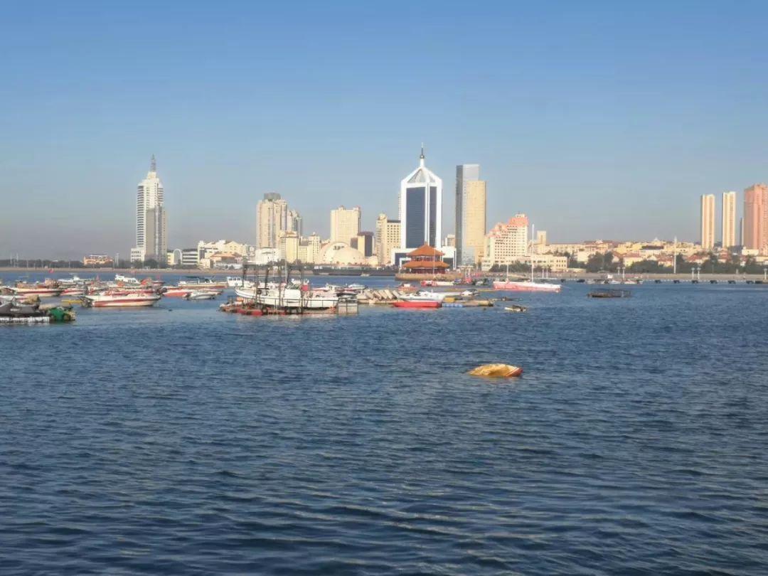 青岛栈桥附近漂着条船,到现在还没人认领…