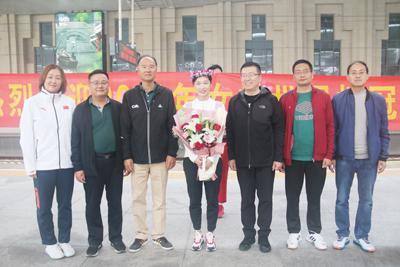 中国女排两名山东队员载誉归来 王梦洁和杨涵玉好样的