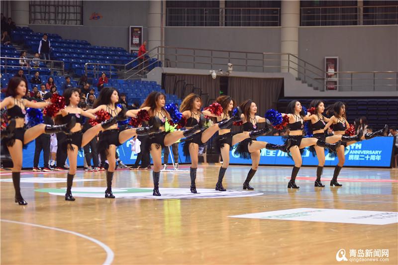 CBA季前赛青岛火热开打 啦啦队篮球宝贝舞姿抢眼
