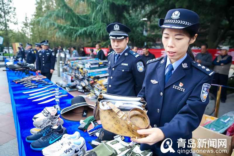 """警察叔叔""""发钱""""!青岛公安退还受害群众1420万赃款"""