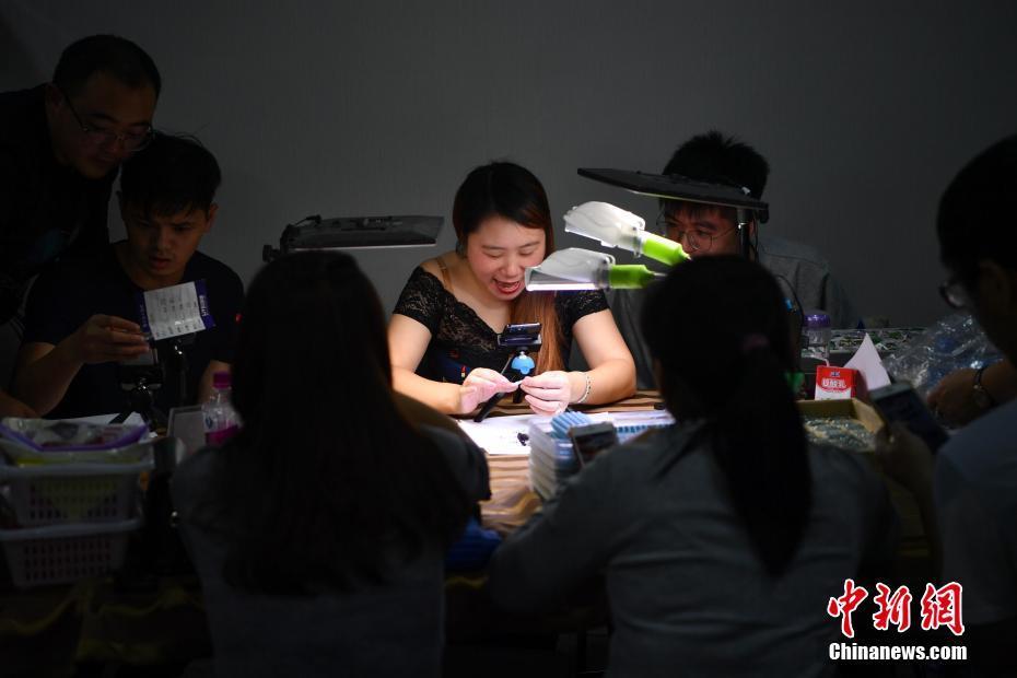 云南瑞丽网络直播带动玉石销售