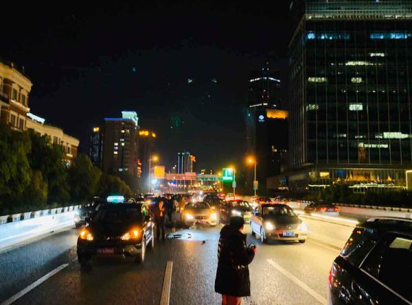 男子在上海驾车逆行撞7车致2伤 曾有精神病就诊史