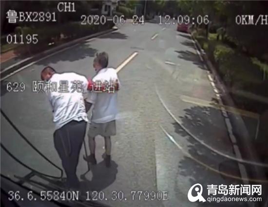 """为""""搀扶哥""""点赞 这位公交驾驶员将老年乘客搀过马路"""