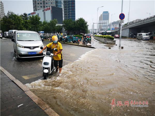 南京路和伊春路路口1200毫米自来水管爆裂 驾驶人员注意避让