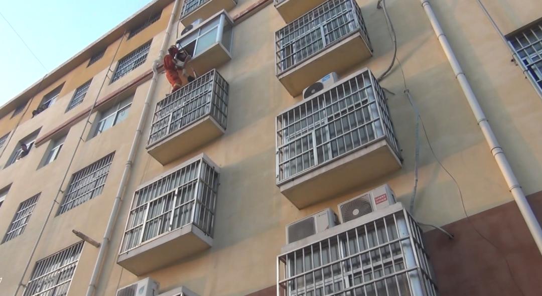 临沂男子酒后酣睡4楼空调外机平台,吊在半空猛踹消防员