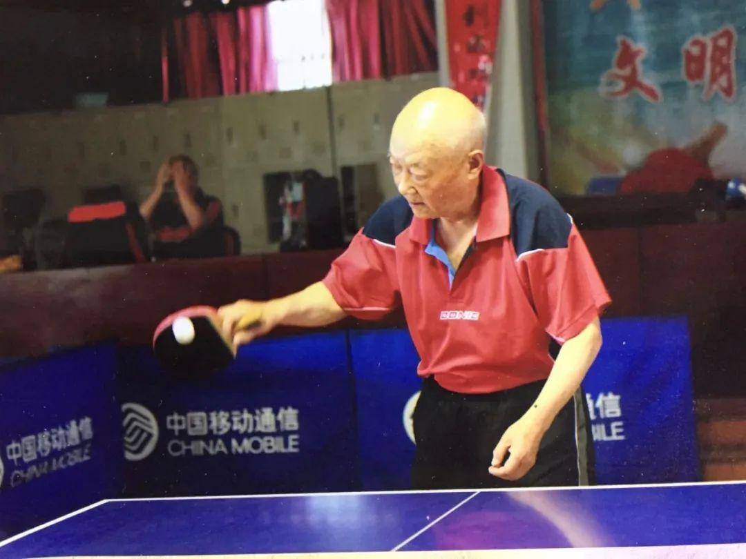 青岛有位82岁的爷爷,乒乓球打得忒厉害!