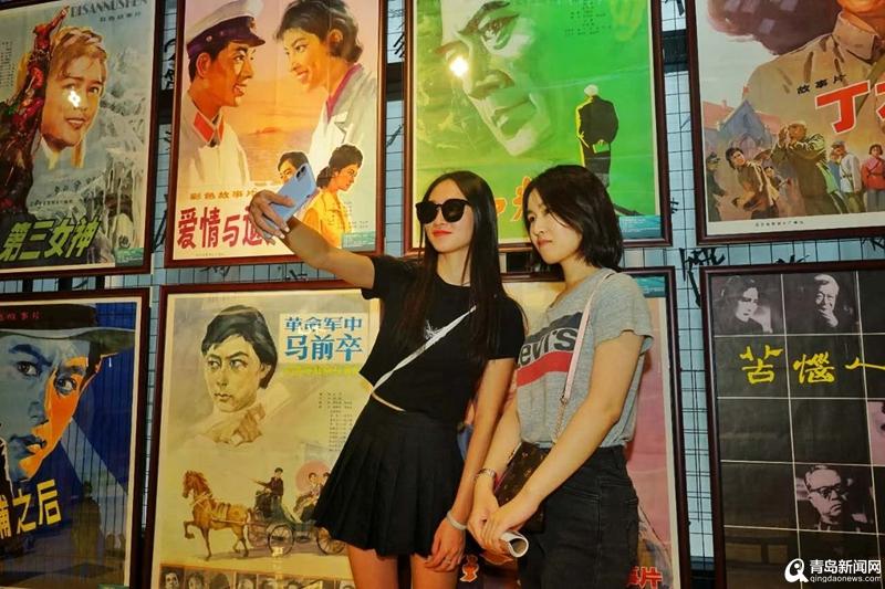 【青青岛人物】青岛大姨收藏70年间百余幅电影海报 还在万象城办展