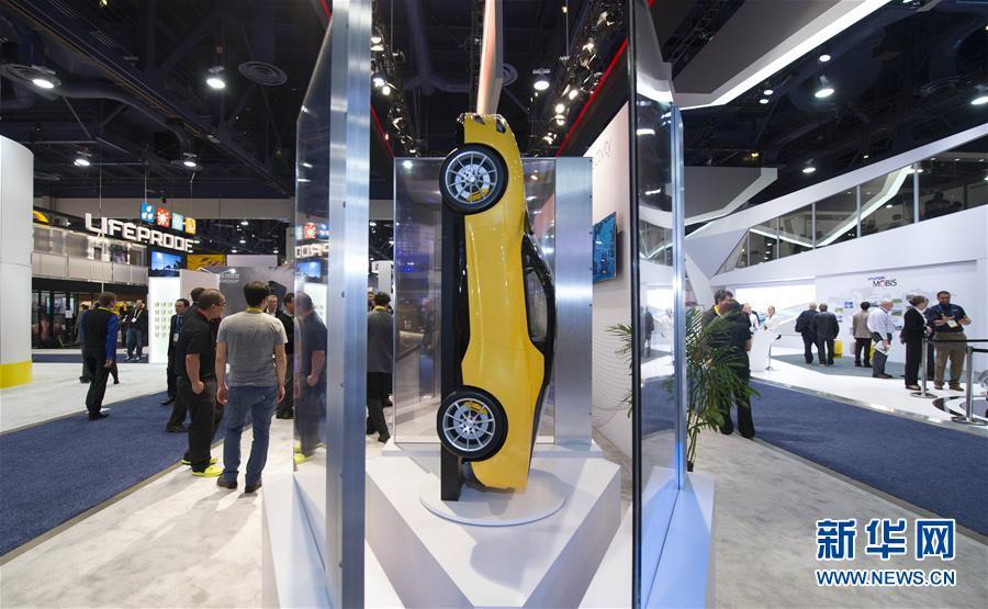 这是1月7日在美国拉斯韦加斯国际消费电子展上拍摄的汽车及配件展厅。车载互联网、自动驾驶等技术是2016年美国拉斯韦加斯国际消费电子展(CES)的热点之一,众多驶向未来的汽车在展会上亮相。新华社记者杨磊摄