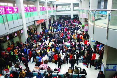 地铁3号线青岛北站站长杨凯告诉记者,春运以来,地铁的客流量明显