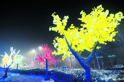 画面中,青岛西海岸新区的夜景可以用五光十色来形容,被黄色,白色灯光