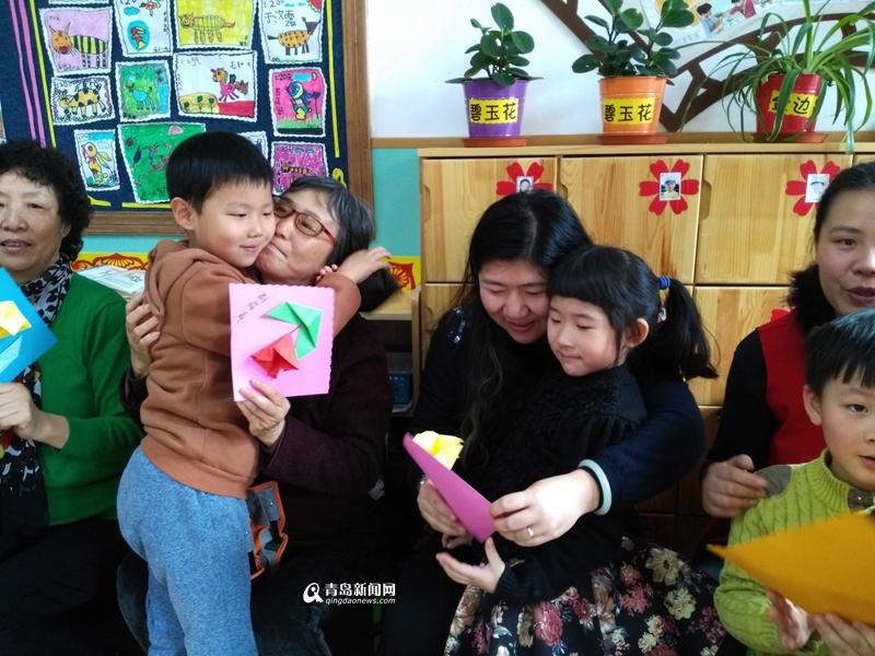 高清:三八节幼儿园办亲子活动 宝宝体验做家务