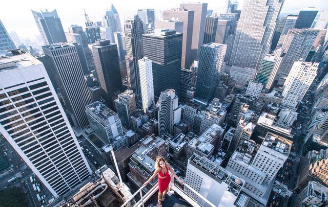 摄影师纽约高楼顶拍摄女模三点美照