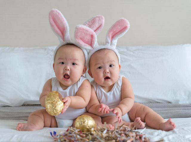 2016年4月6日报道,这对宝贝可能是INS上最可爱的娃了!新加坡双胞胎Leia 和 Lauren是一对早产儿,父母Peter和Amber Yong在INS上分享了她们的成长照片后,超萌的Leia 和 Lauren迅速俘获千万网友的心。她们还有一个响亮的偶像组合般的名字《Momo Twins》。妈妈Amber Yong负责造型,爸爸Peter Lok负责拍照,姐妹俩被扮成美人鱼、超人和蝙蝠侠,可爱模样简直萌化了,小姐妹俩目前已经有20多万粉丝,简直红得不要不要的。  2016年4月6日报道