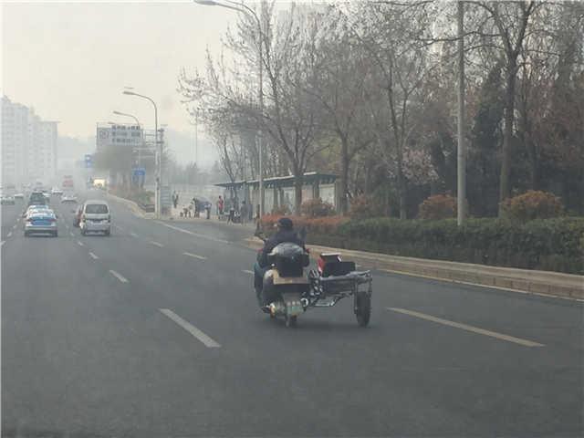 青岛街头现神奇改装摩托车似侉子路人已看傻