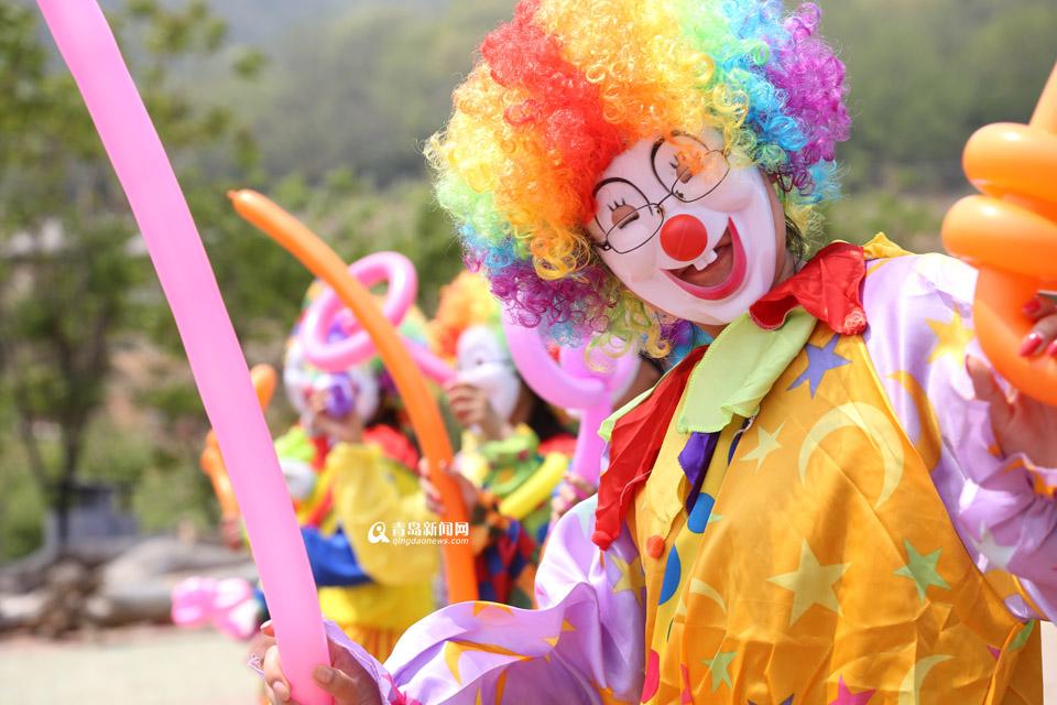 青岛新闻网4月29日讯 28日,青岛新闻网记者从青岛森林野生动物世界了解到,为了能够给广大市民五一假期带来更多的惊喜和欢乐,青岛森林野生动物世界将举行小丑嘉年华,大批小丑空降动物世界,给游客一场欢乐盛宴。 五一期间青岛森林野生动物世界打造首届小丑嘉年华活动,邀请国内顶尖的小丑表演团队,给广大市民带来杂技、魔术等搞笑精彩的演出。游客还可以与小丑演员搭档,亲自参与到演出当中,和顶级演员一起欢乐互动的同时,也把这份欢乐带给身边的亲朋好友。表演团队将在园区各处与游客进行互动,合影留念,编织各种动物