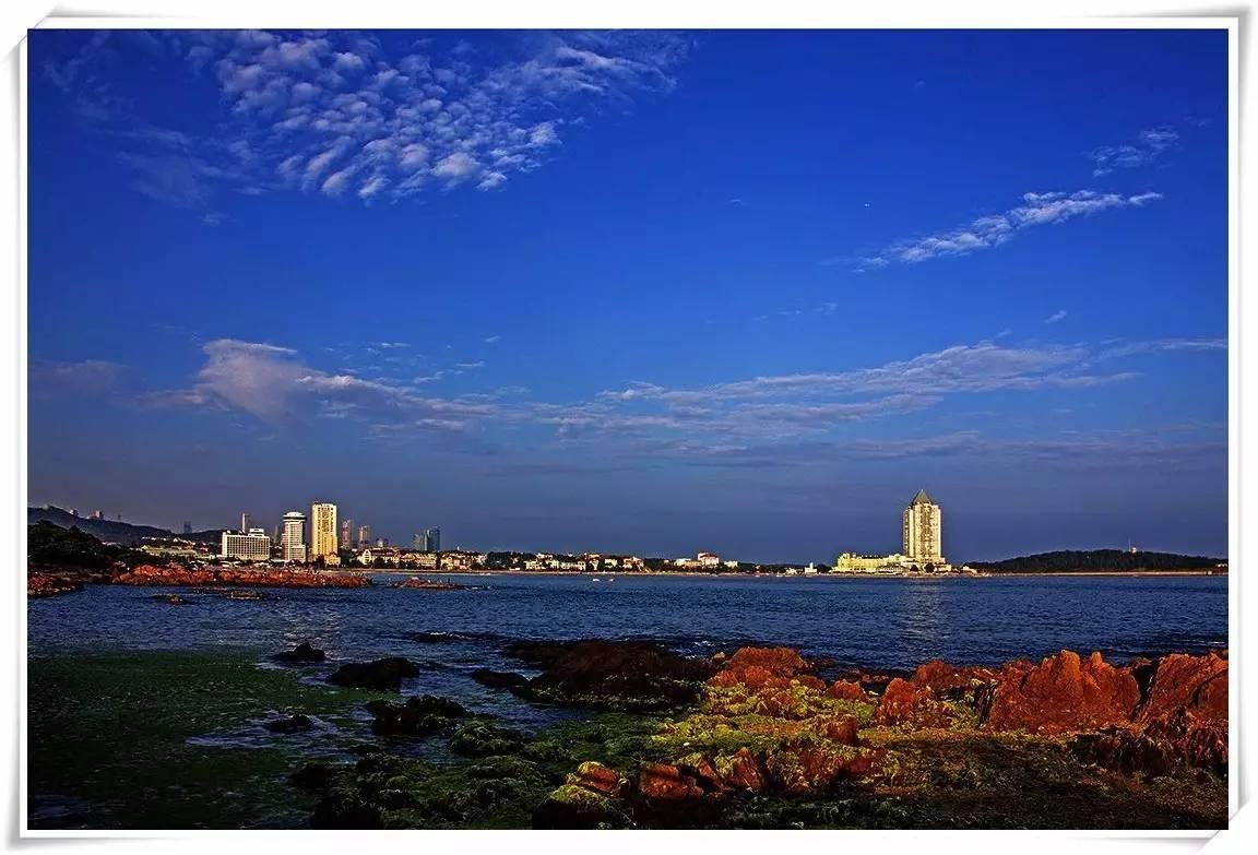 http://news.qingdaonews.com/images/attachement/jpg/site1/20160517/74e50b7338a618a4ceeb24.jpg /enpproperty--> 青岛是座美丽的海滨城市,众多的知名景点犹如一颗颗珍珠散落在青岛的前海海滨,将整个青岛市的前海一线连在一起,形成得天独厚的休闲胜地,是不可错过的美景。下面跟随小编去盘点青岛那些美丽的八大海湾,聆听历史的回音吧。 1、团岛湾  提起团岛湾,首先让人想起的是团岛的灯塔。建于