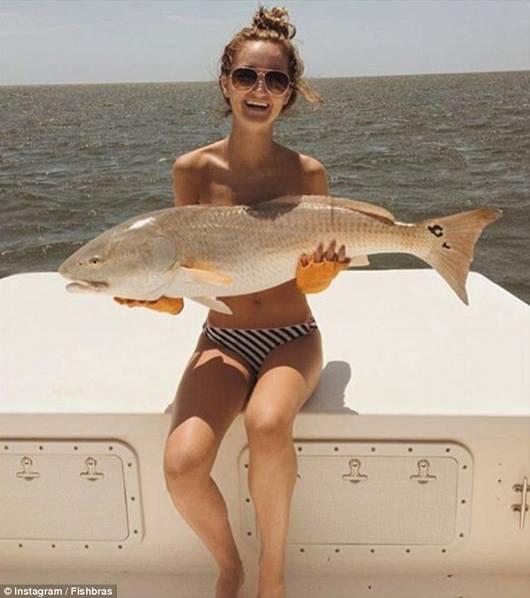 海洋生物当胸罩:比基尼美女以鱼遮胸秀性感