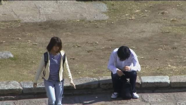 http://news.qingdaonews.com/images/attachement/jpg/site1/20160727/201a065afbea1902b7c055.jpg /enpproperty-->  实验的主角是一个20多岁的女孩,素颜长这样。皮肤蜡黄甚至长满了斑点,还顶着睡不醒鸟窝头。  实验开始,第一位被测试者是坐在路边的白衬衫帅哥,女孩开始试着去向他借钱。
