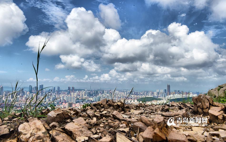 俯瞰云层下的青岛市区 云彩仿佛触手可及