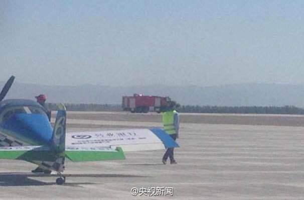 沈阳飞行家表演队的一架xa42飞机在表演特技动作时