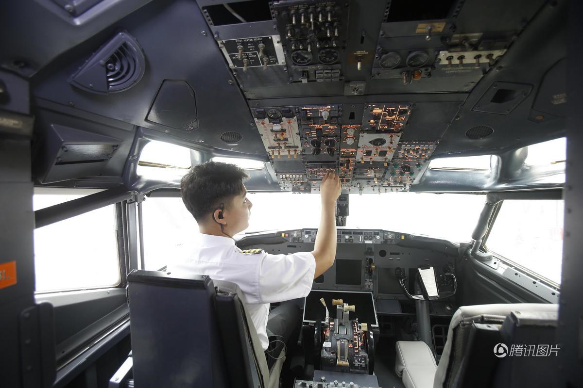 飞机的驾驶舱内还配置有模拟飞行系统,有兴趣的顾客还可体验飞行教学