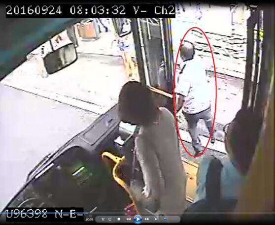 青岛新闻网9月28日讯 9月24日,在青岛公交集团303路线上上演了感人事迹,勇敢的公交车驾驶员刘师傅发现有人混在上车乘客中扒窃,他告知乘客并与失主一起将已经落入贼手的手机夺了回来。 27日,记者来到青岛公交集团虎山车队采访,见到了见义勇为的刘师傅。据刘师傅介绍,9月24日周六早8点左右,他驾车行驶到李村车站上客时,发现一名头戴鸭舌帽、衣服搭在右胳膊上的男青年鬼鬼祟祟尾随在一男乘客后面,使劲往车上挤故意制造拥挤场面,于是刘师傅便特意留意着这个可疑的男子。  刘师傅说:这个男子在人群