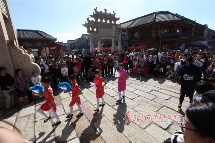 即墨古城民俗展演迎接国庆 大鼓书舞龙深受欢迎