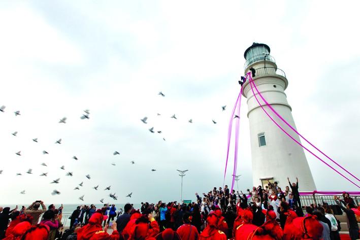 >  新闻中心 青岛新闻 > 正文     白色的灯塔,浪漫情人坝,72尺大帆船