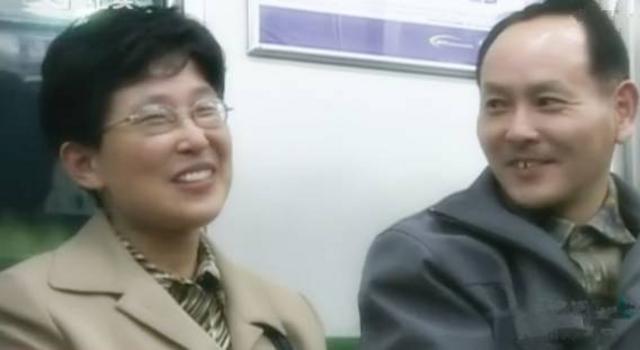 丁尚彪在机场的前一站必须下车     父女一窗之隔     都哭得一
