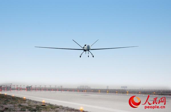 """""""彩虹-5""""中空长航时无人机试飞。"""