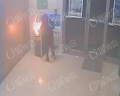 小伙半夜火烧自助银行后自首:只为减压