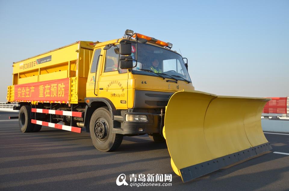 除雪撒盐车,最大作业速度可达每小时20-30公里.-高清 揭秘胶州湾大图片