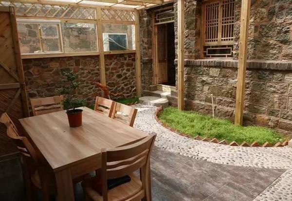 石头墙,青砖房,木头窗,花木繁茂,古色古香中透着乡村生活的简单与