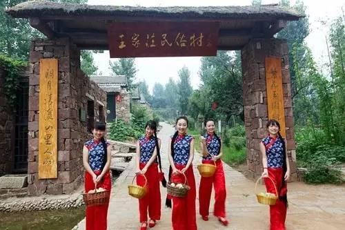"""泗水县泗张镇王家庄民俗村      """"石屋石墙石径斜,桃花林里有人家"""