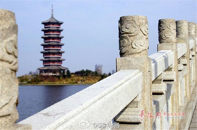 http://news.qingdaonews.com/images/attachement/jpg/site1/20161129/48d224f8c55319a734c71b_small.jpg /enpproperty-->  少海湿地公园是中国最大的以城市防洪功能为主导的国家4A级湿地公园。经过多年建设,这片曾经的荒滩不仅克服了种种困难,成长为碧波粼粼、水鸟翻飞的生态天堂,而且通过湿地,流经胶州的云溪河、三里河和大沽河被连成一片,困扰胶州多年的洪涝灾害问题也得到改善。正值初冬时节,公园内色彩