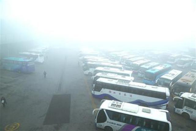 原标题:雾了行程 4100人滞留机场 重污染天气昨天导致飞机延误、高速封闭、长途车缓发、公交启动应急预案   昨日,我市出现重度霾天气,能见度极低,对我市交通出行带来一定影响。据悉,当天上午青岛所辖高速全线封闭,由此导致市内各汽车站200余个班次缓发,同时青岛机场也在上午10点半左右,升级为红色大面积延误预案,数千旅客滞留机场。   高速:辖区高速几乎全线封闭   昨天一早,雾霾笼罩大地,能见度极低。受雾霾天气影响,青岛市所涉及青银高速、青新高速、沈海高速、前湾港1号疏港高速、威青高速、龙青高速、青兰