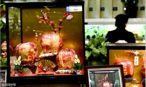 龙虎鹰/12月24日,浙江省杭州市区某超市内,一组3个苹果标价39888元...