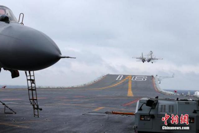 1月2日,执行跨海区训练试验任务的中国海军航母编队在南海某海域组织了歼-15舰载战斗机起降和编队多科目训练。中新社记者 莫小亮 摄 2016年,是中国军队大步前行的一年,也是中国军队武器装备硕果累累的一年:歼-20公开亮相、运-20入列空军、AG-600蛟龙大型水上飞机成功下线,飞行器领域捷报频传;辽宁舰搭载的歼-15战斗机开始具有对空对海打击能力,说明航母已经形成战斗力;多种高精尖地面装备亮相中国航展和俄罗斯国际军事比赛-2016,显示出我国武器装备的研发水平和先进理念。
