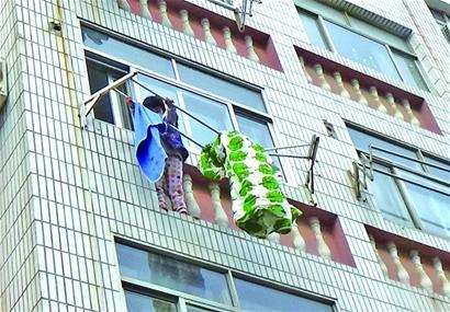坠楼女童悬在晾衣架上 居民消防齐救援