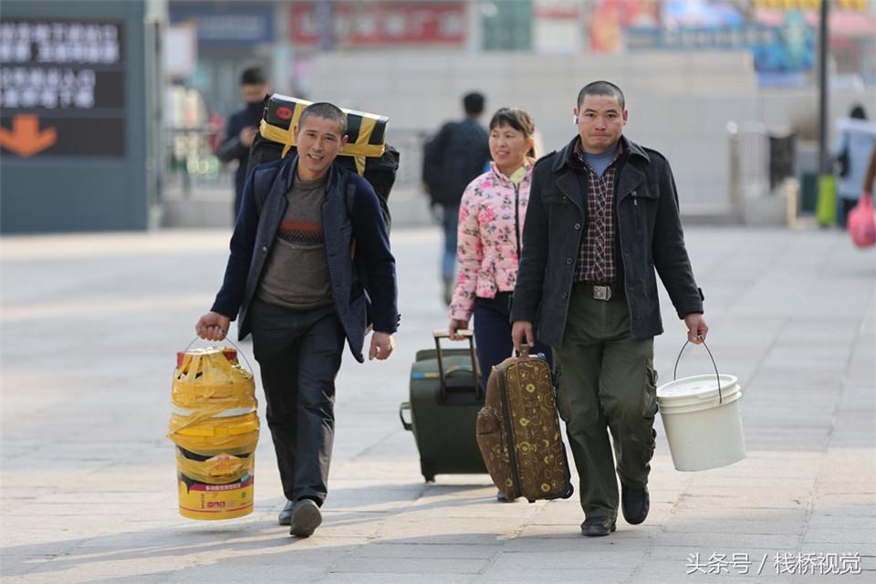 青岛火车站迎农民工返乡大军 编织袋、塑料桶成标配